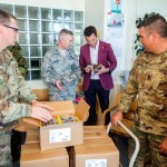 Гвардейцы штата Мэриленд дарят книги детям Эстонии
