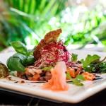 Тартар из лосося с хрустящим хлебом домашней выпечки, базиликом, маринованным имбирем и каперсами