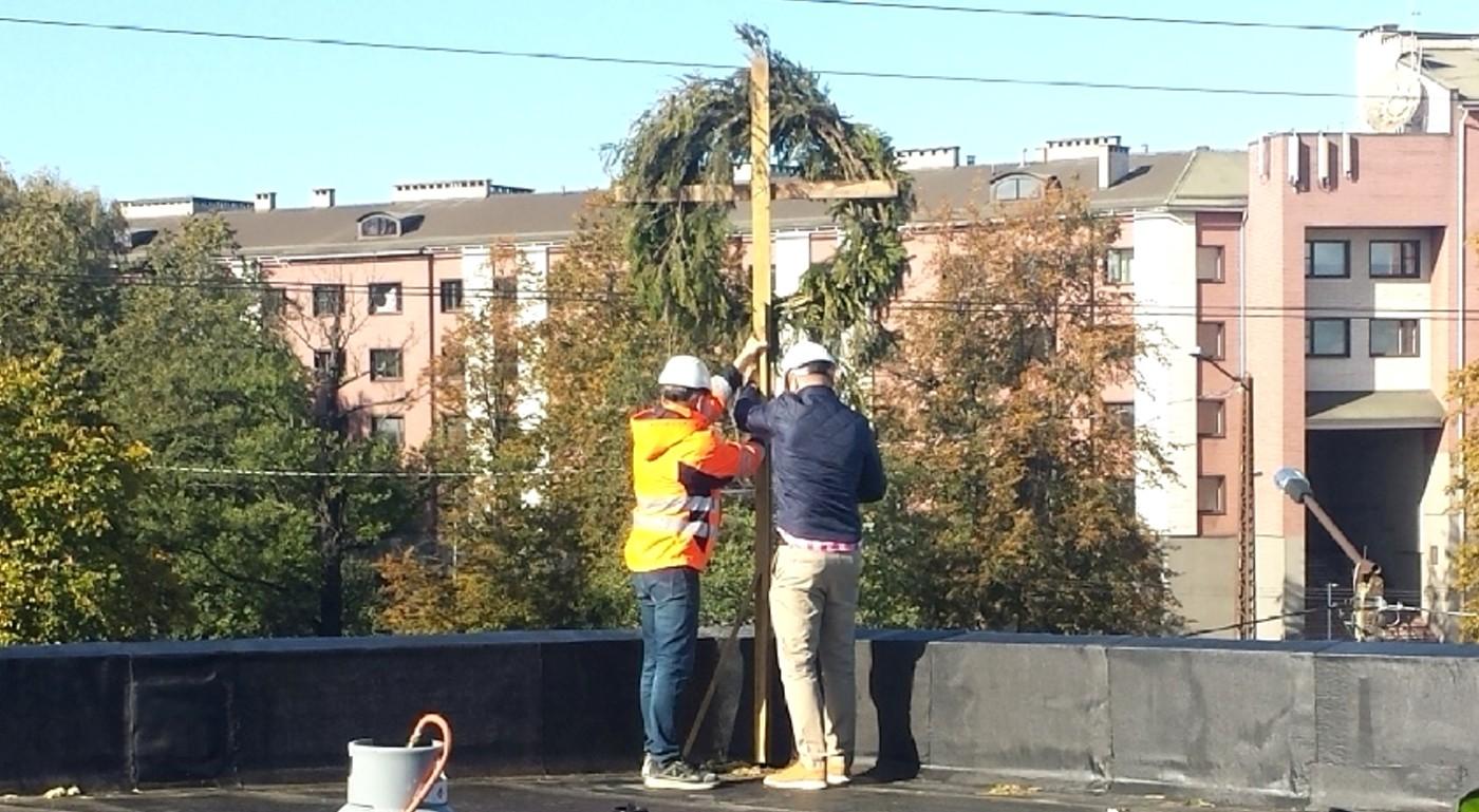 Colonna: Праздник стропил на стройке торгового центра в Копли