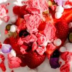 Десерт: Малиновый айсберг с лимонным пюре, летними ягодами, желе из мяты и малиновым безе.