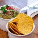 Гуакамоле  по-мексикански с кукурузными чипсами