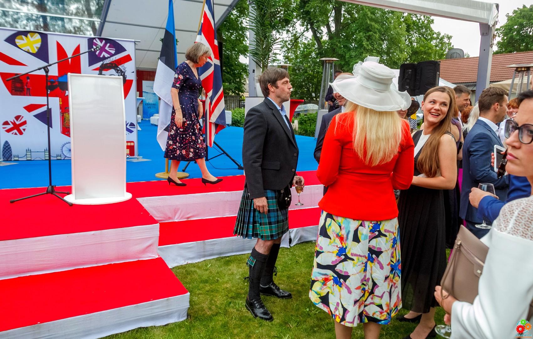 День рождения британской королевы: Таллинн, прием, знаменитости, шляпки и шотландские килты