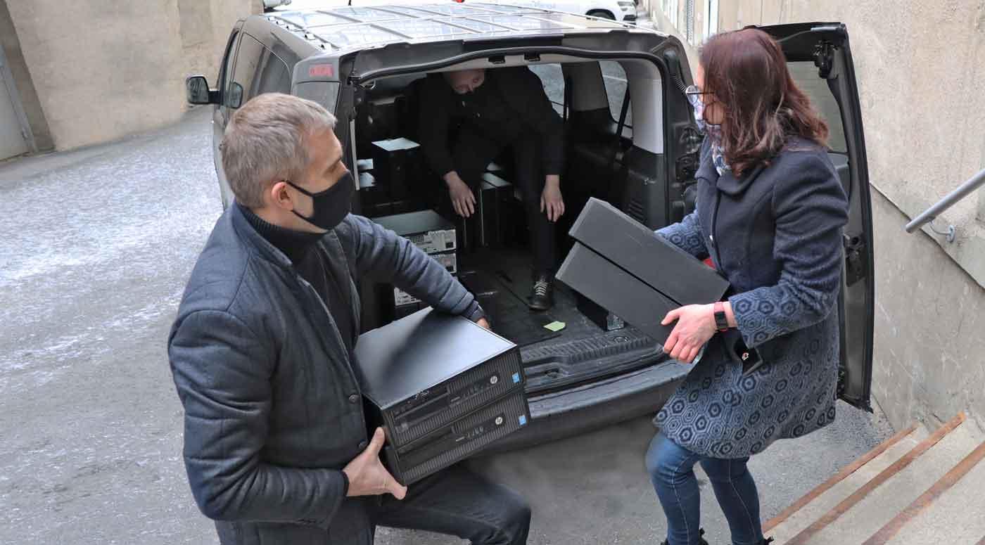 Coop Pank пожертвовал полсотни компьютеров нарвским школьникам