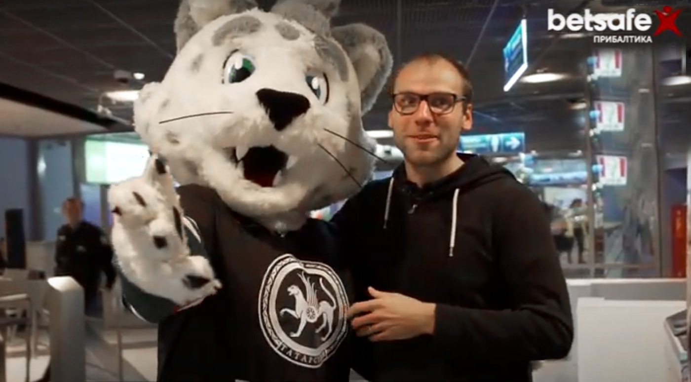 Спортивная передача «Балабол» отправилась с командой КХЛ в поездку по России