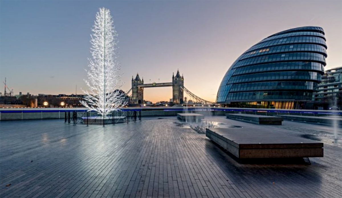Эстонская рождественская елка установлена перед ратушей в Лондоне