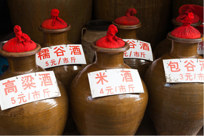 Маотай выдерживают не в бочках, а в керамических сосудах